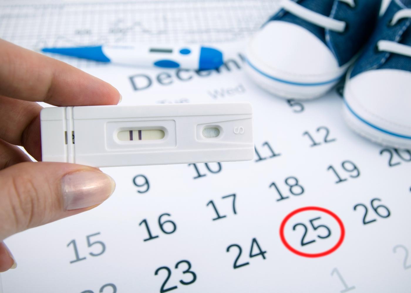 mulher a calcular o período fértil