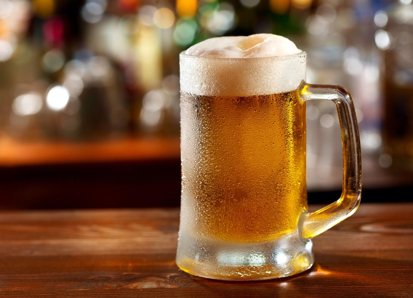 caneca de cerveja no bar