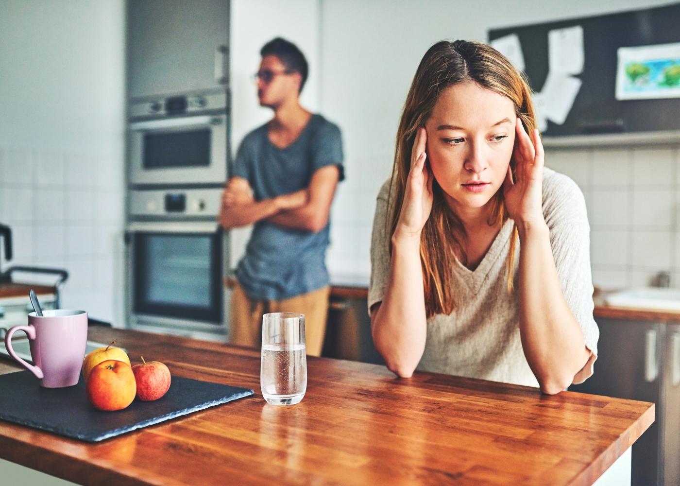 casal chateado na cozinha por tarefas domésticas