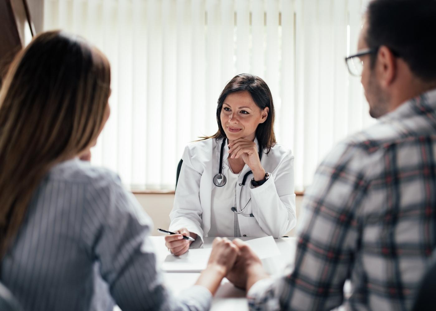 Casal numa consulta com médica obstetra