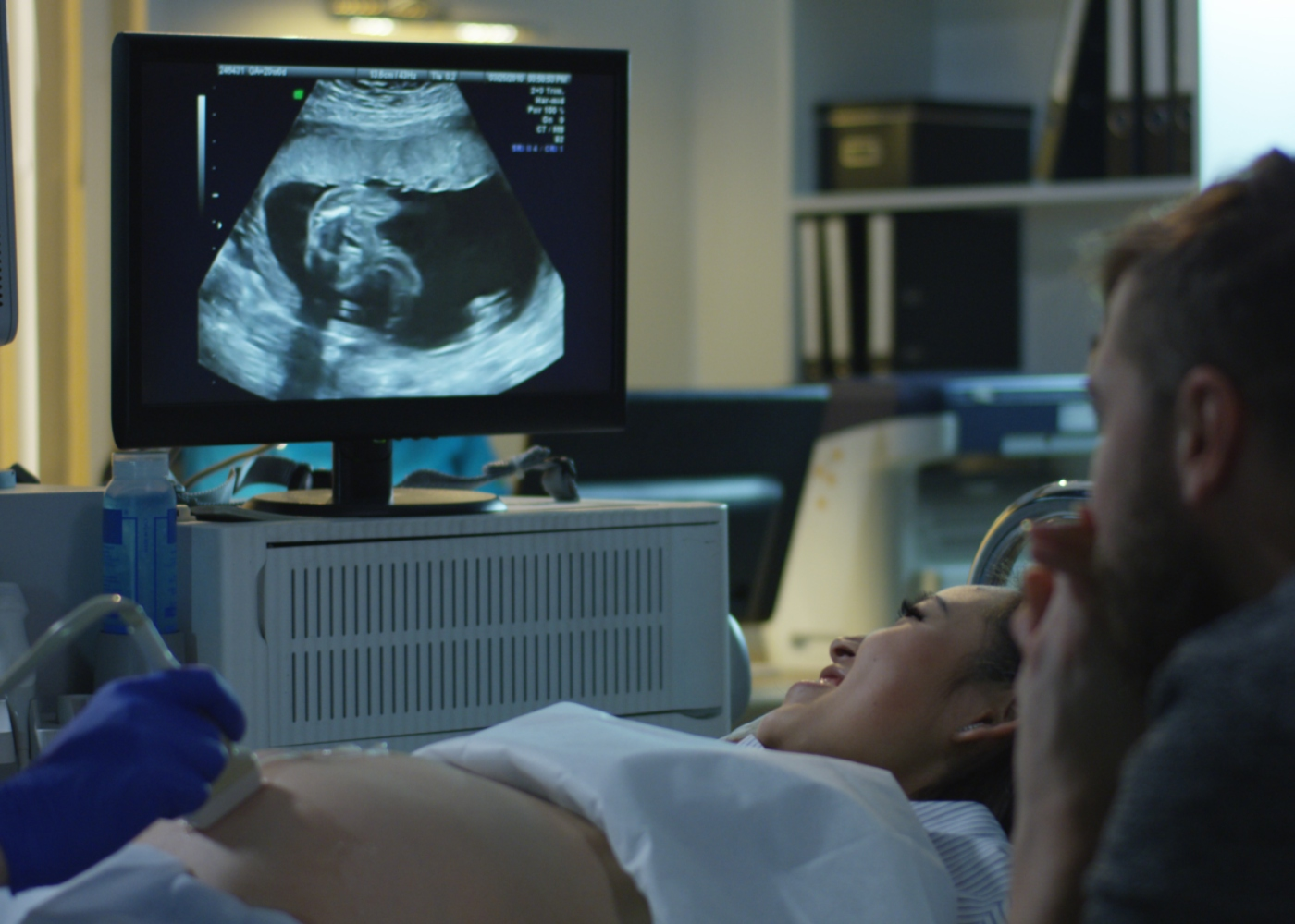 Casal a acompanhar desenvolvimento bebé por uma ecografia