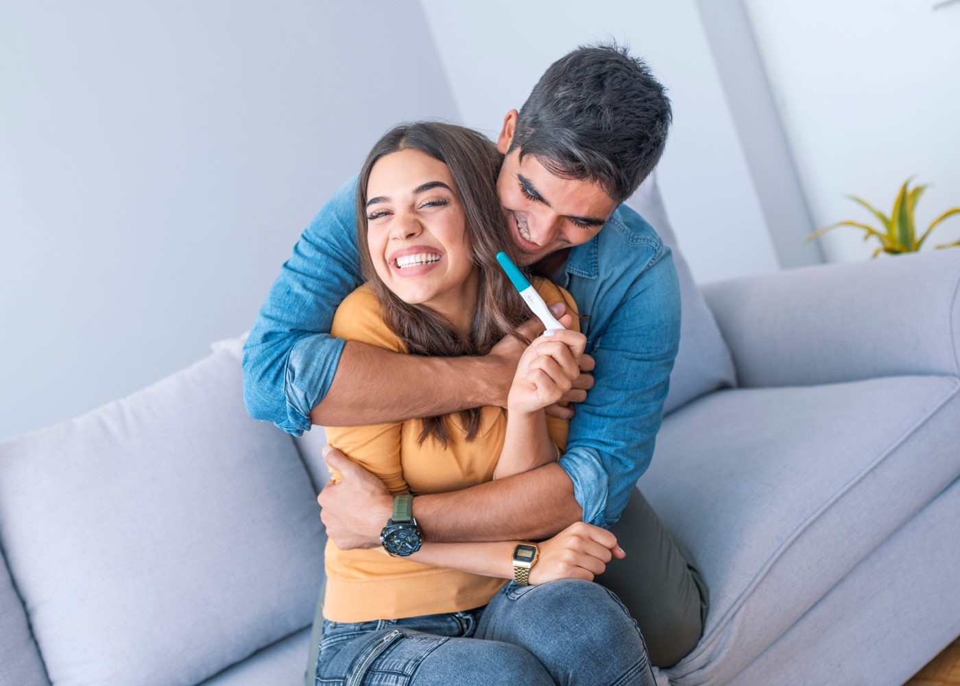 Casal feliz com teste de gravidez positivo