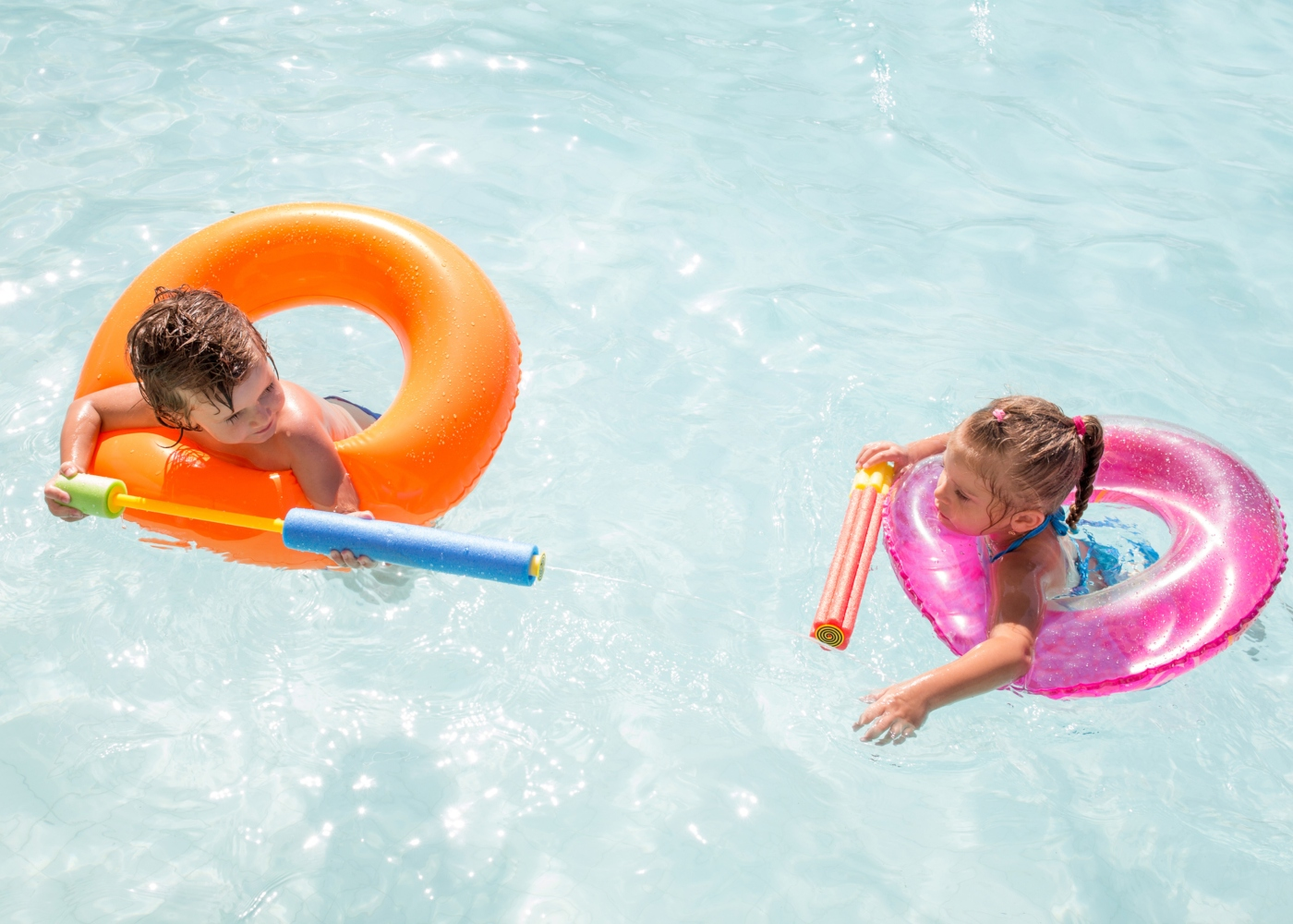 Crianças a brincar na piscina