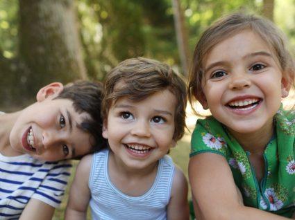 Três crianças a sorrir