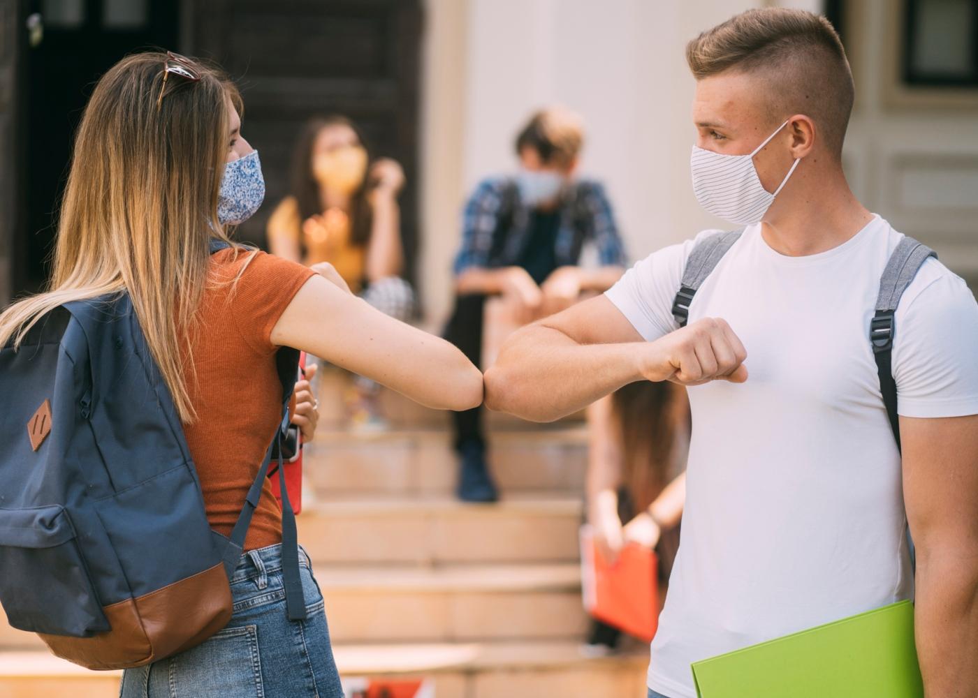 Estudantes do ensino secundário com máscara na escola