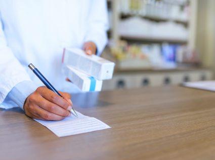 Farmacêutico a vender medicamentos