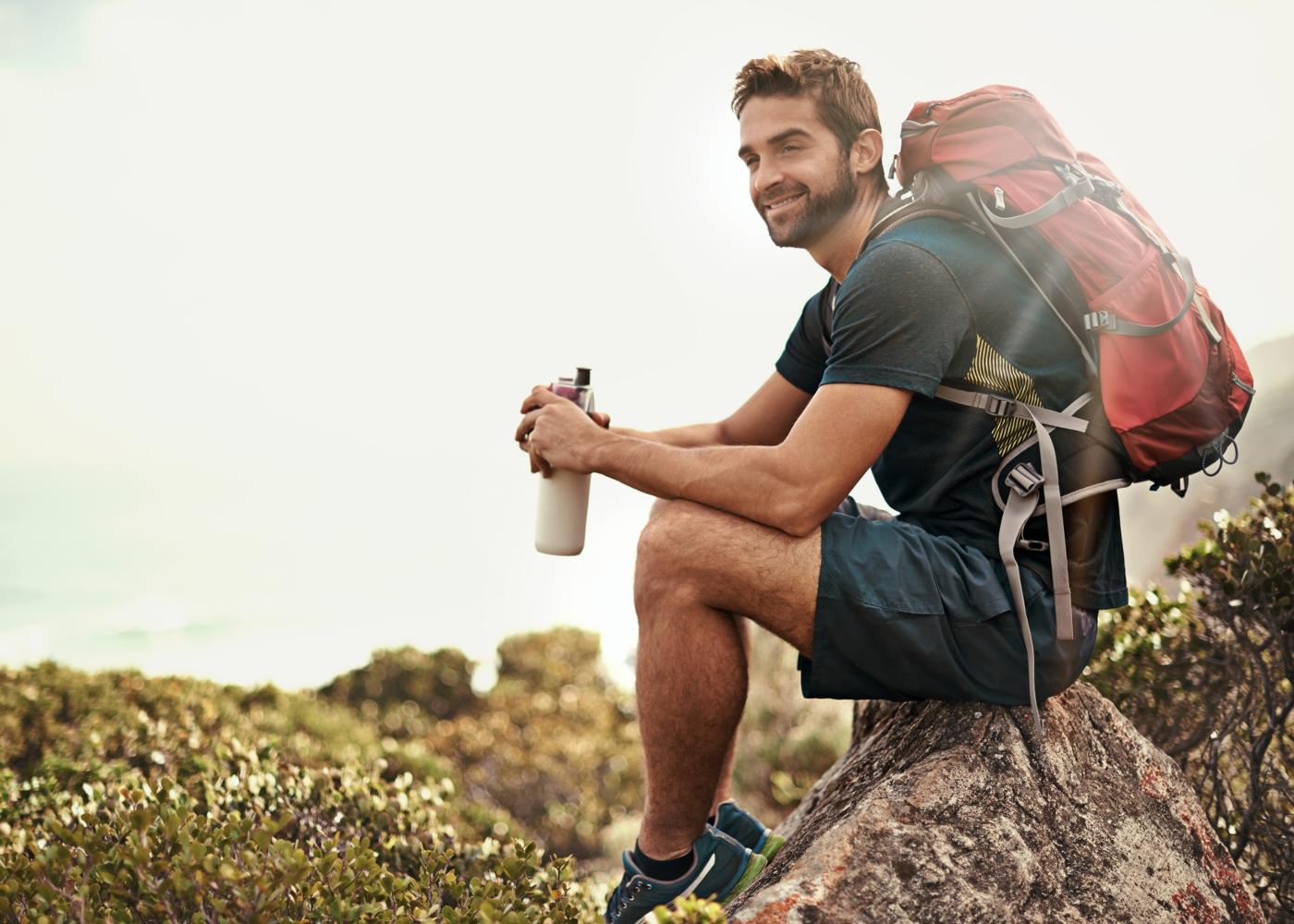Homem com equipamento de trekking