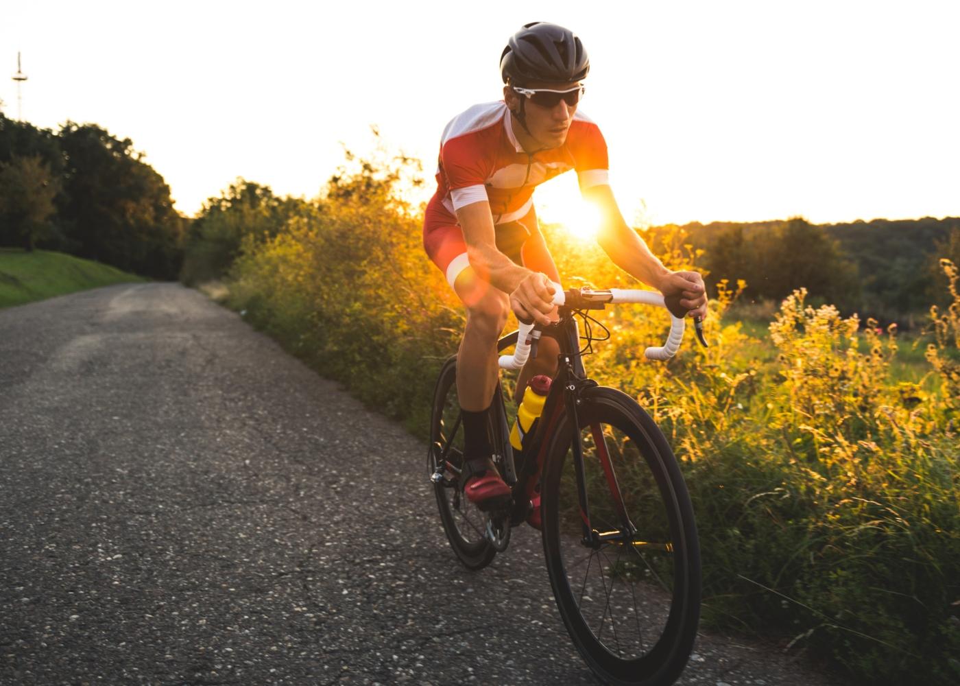 Homem a fazer ciclismo