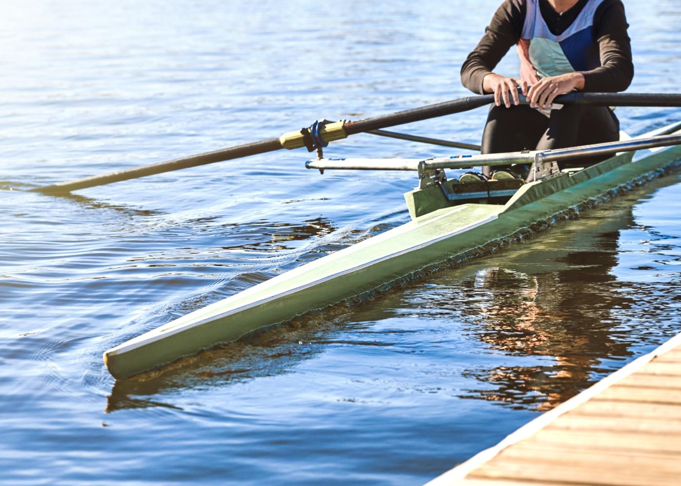 Homem a praticar canoagem