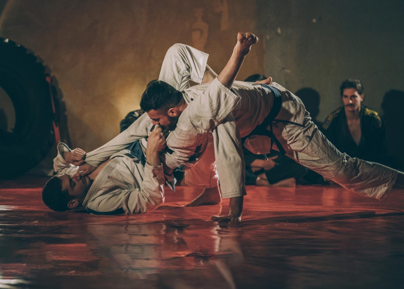 Homens a praticar Ju-jitsu
