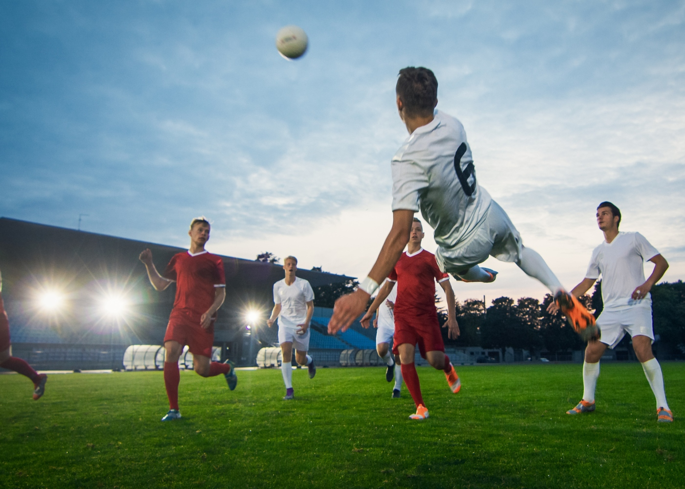 Homens a jogar futebol