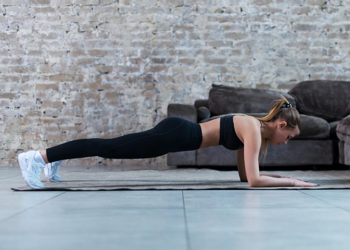 Mulher a fazer exercício de prancha