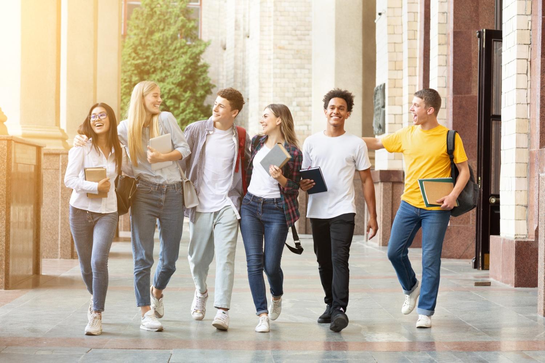 jovens universitários a sair