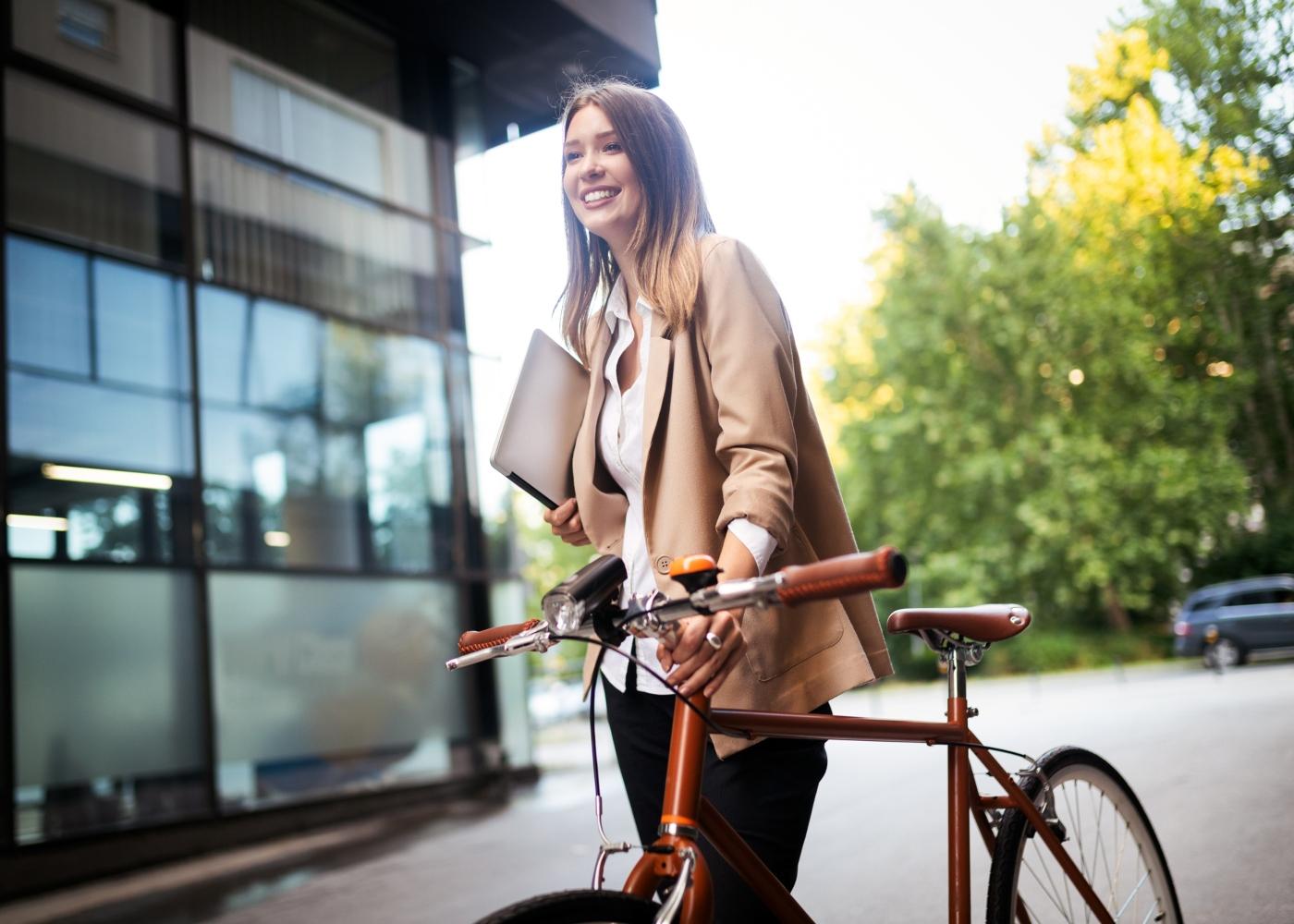 jovem com bicicleta para o trabalho
