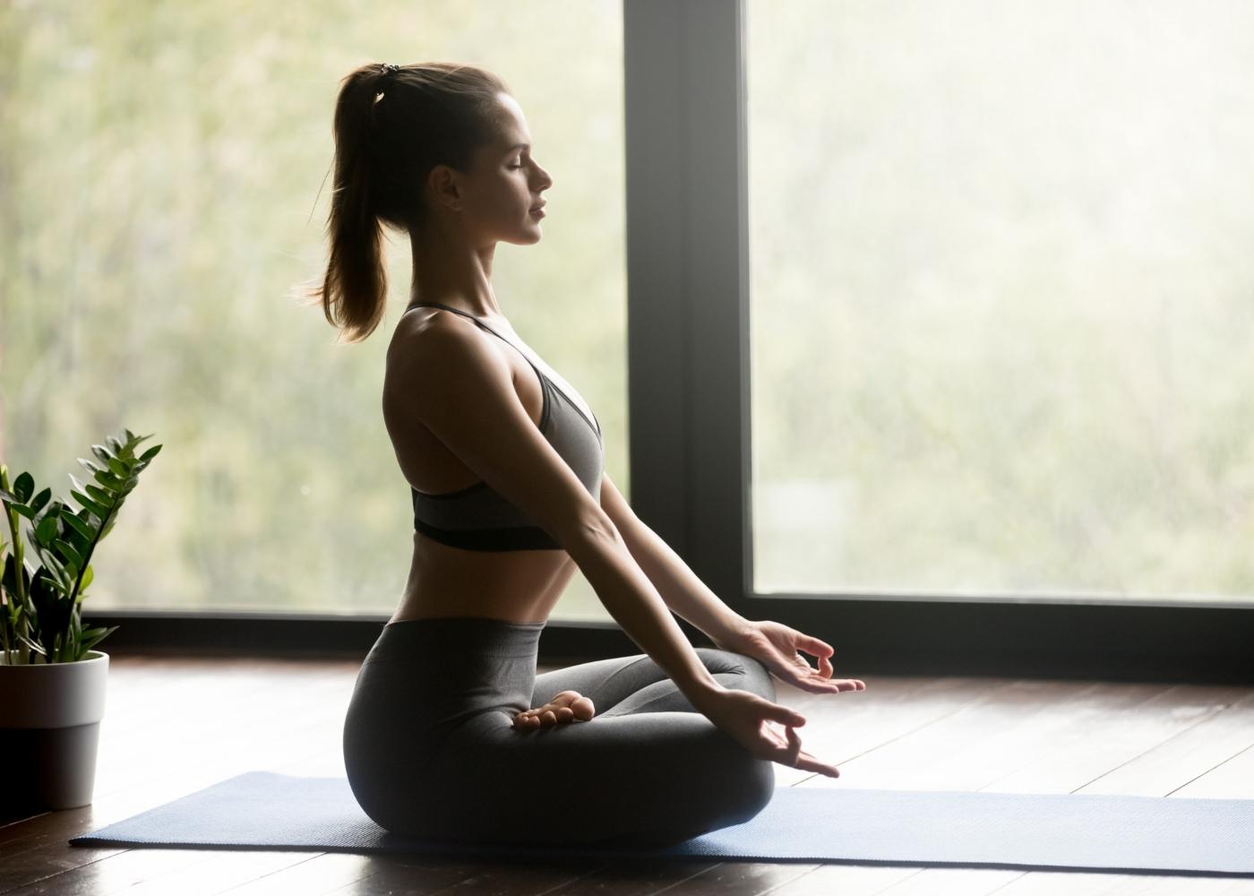 jovem a praticar meditação com postura correta