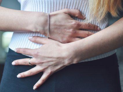 Mulher com sintomas de má digestão