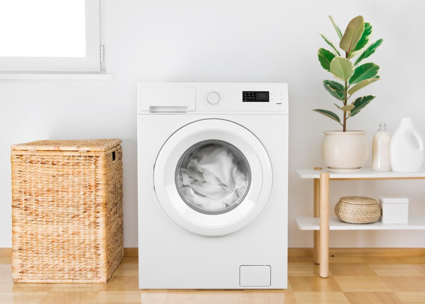 máquina de lavar a roupa cheia de roupa branca