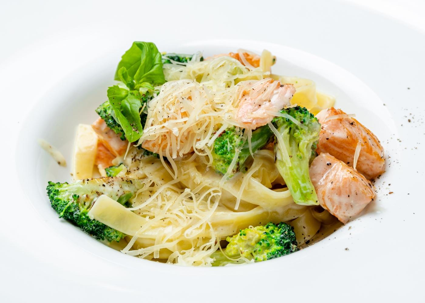 prato de massa com salmão e brócolos