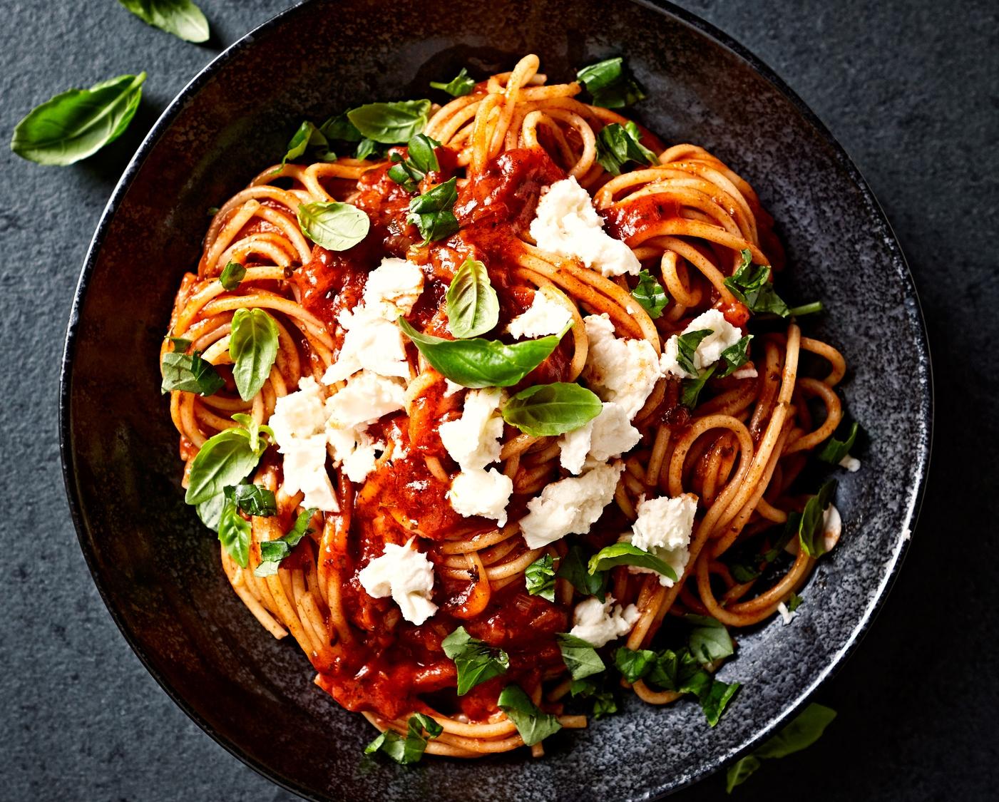 molho de tomate e manjericão com massa