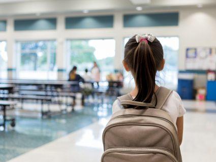 Menina na cantina da Escola