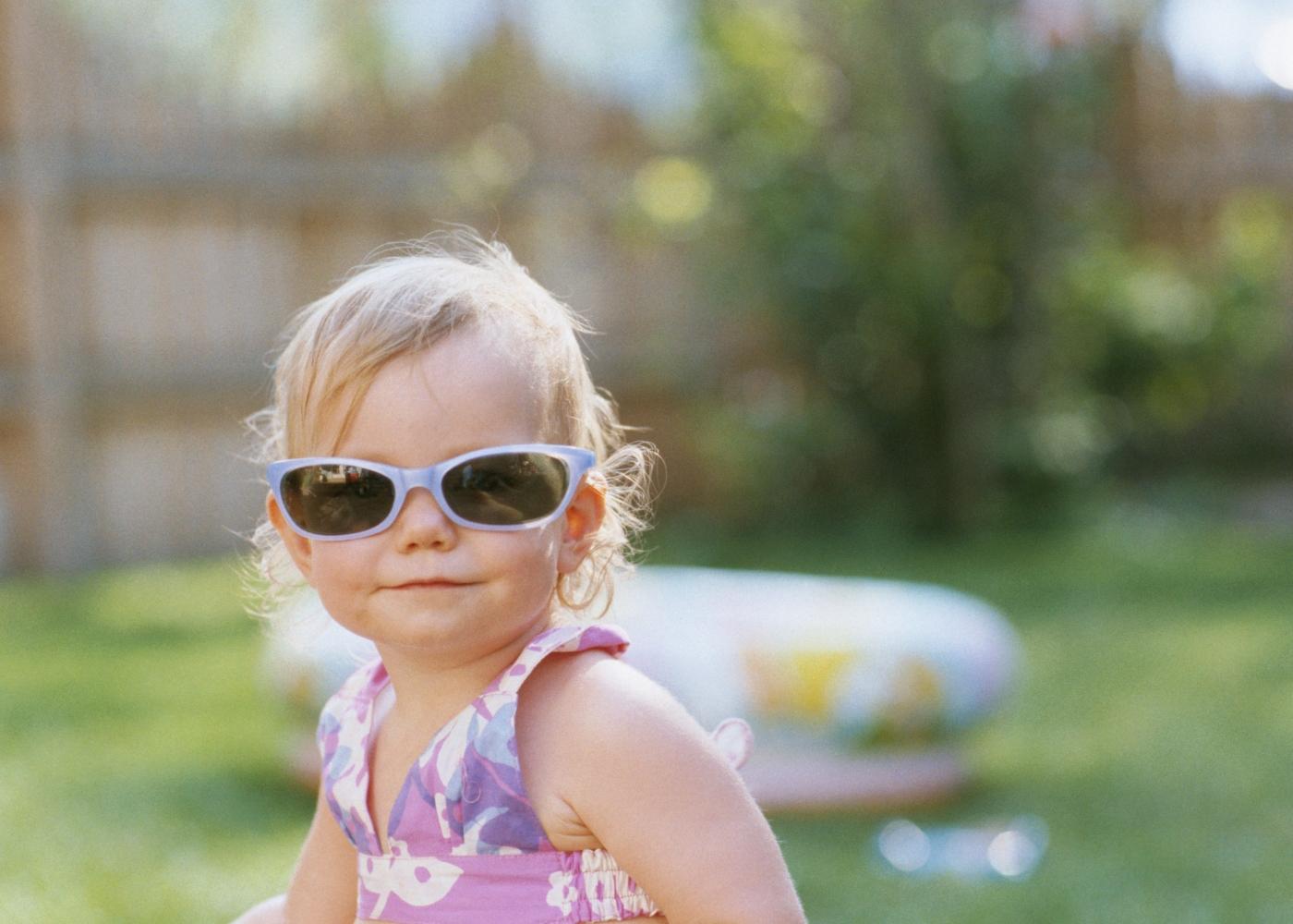 Menina com óculos de sol