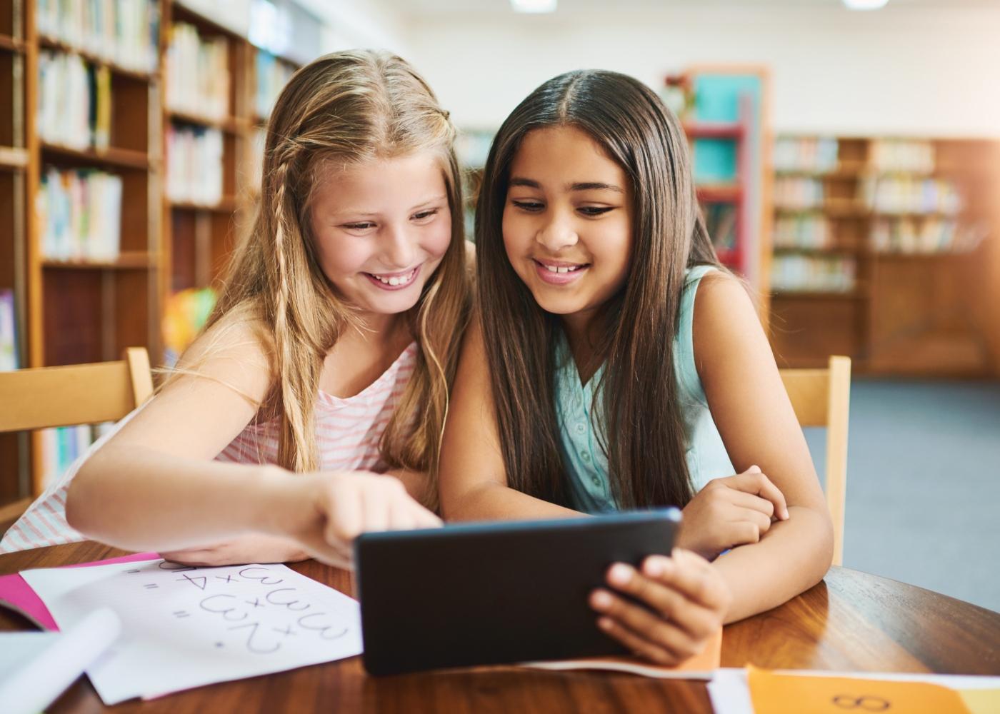 meninas a estudar por aplicação