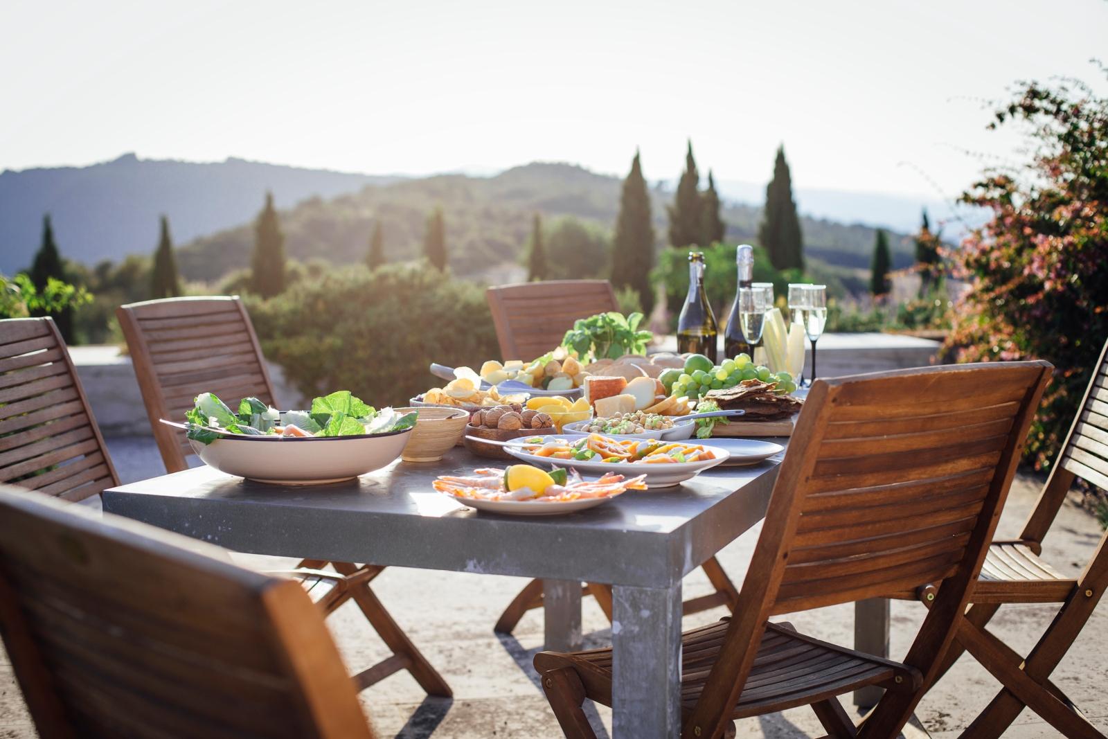 Mesa posto para almoço ao ar livre