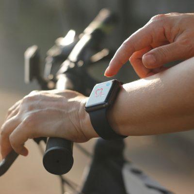 treino de bicicleta com monitorização do smartwatch