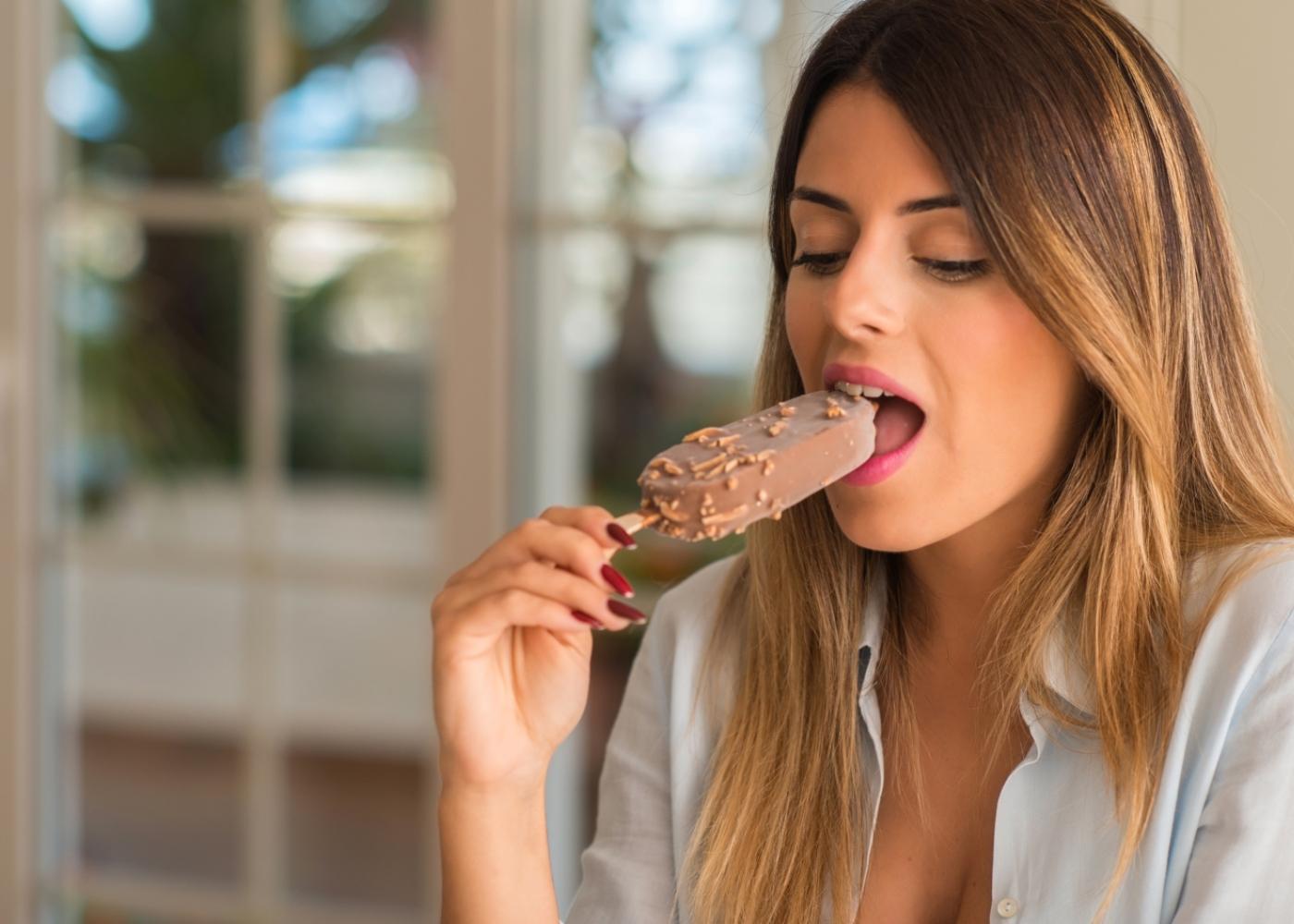 Mulher a comer gelado Magnum