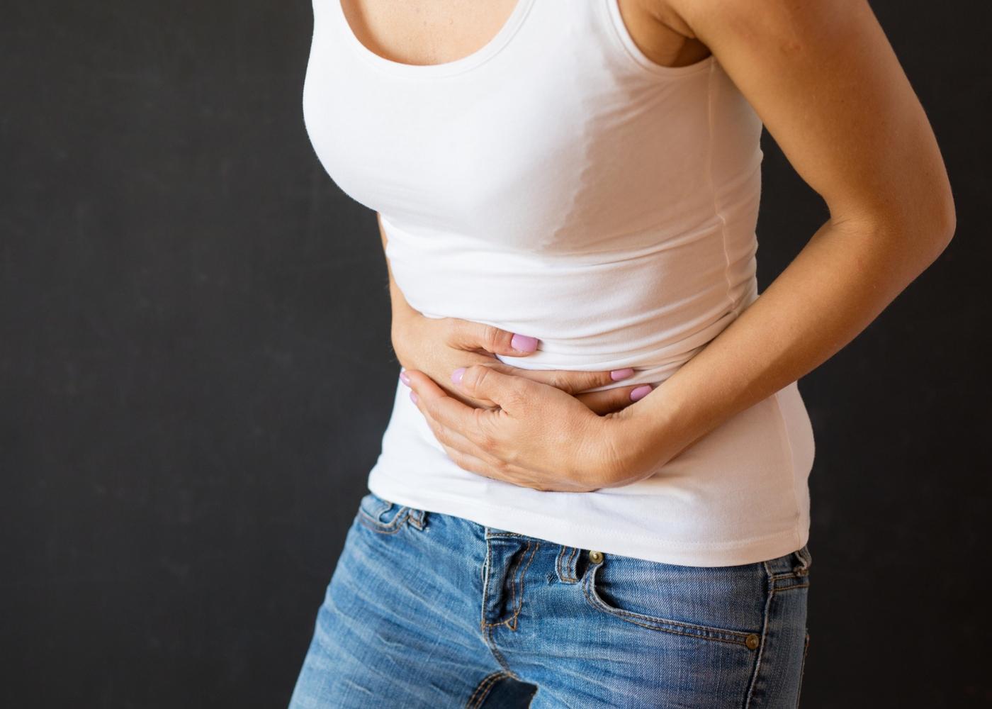 Mulher com dores no estômago