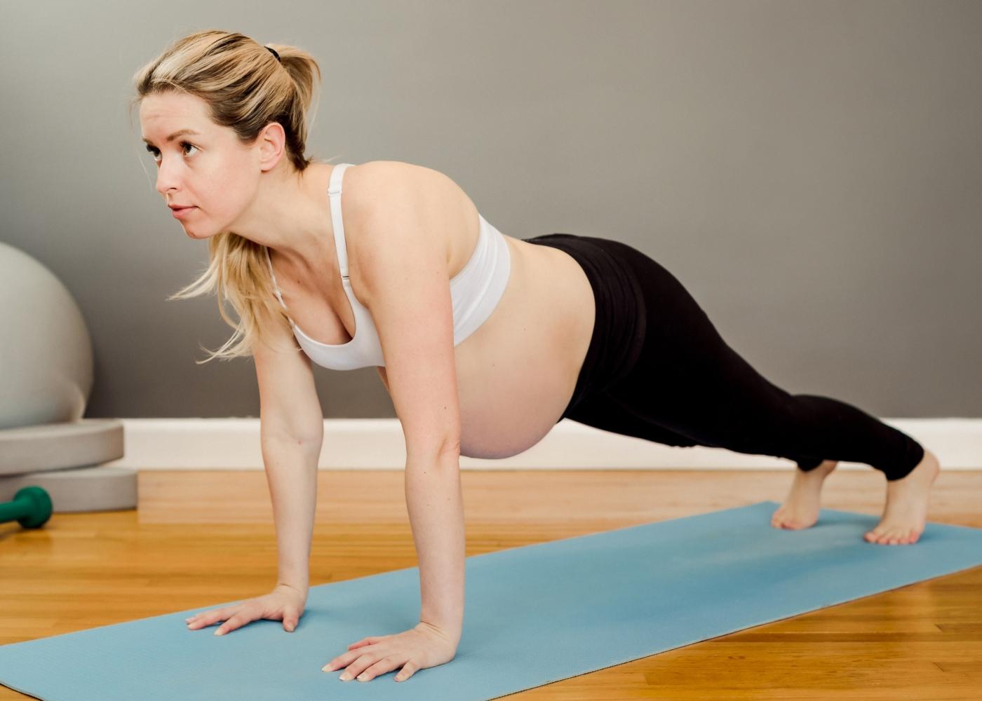 Mulher grávida a fazer prancha