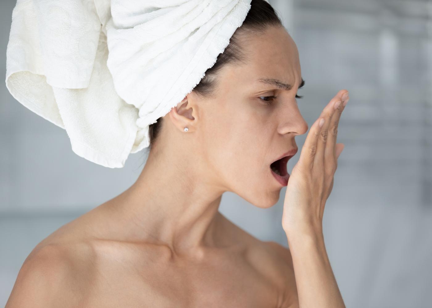 Mulher com mau hálito