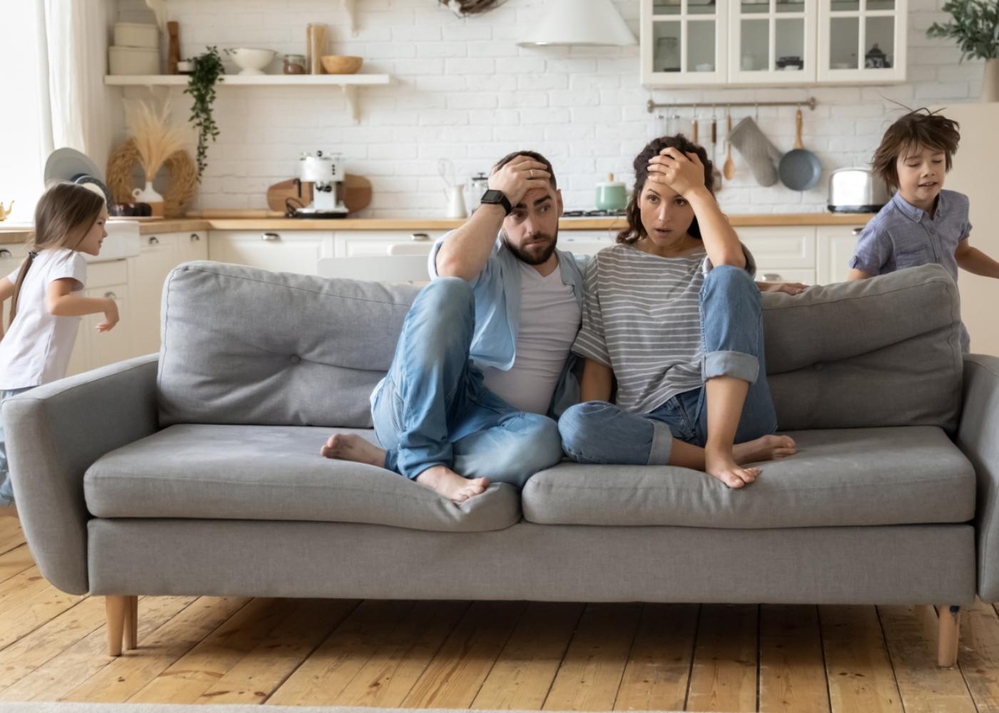 Casal em casa com os filhos