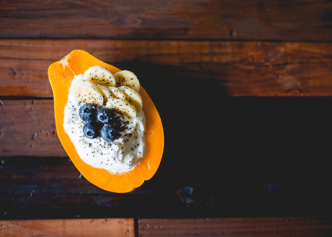 papaia recheada com iogurte, banana e mirtilos