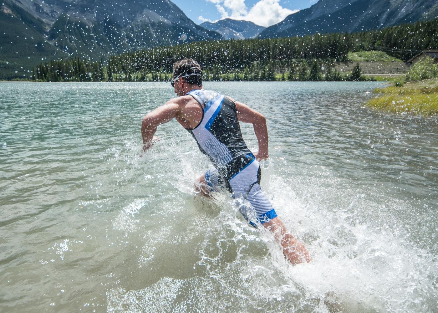 homem participante da prova swimrun
