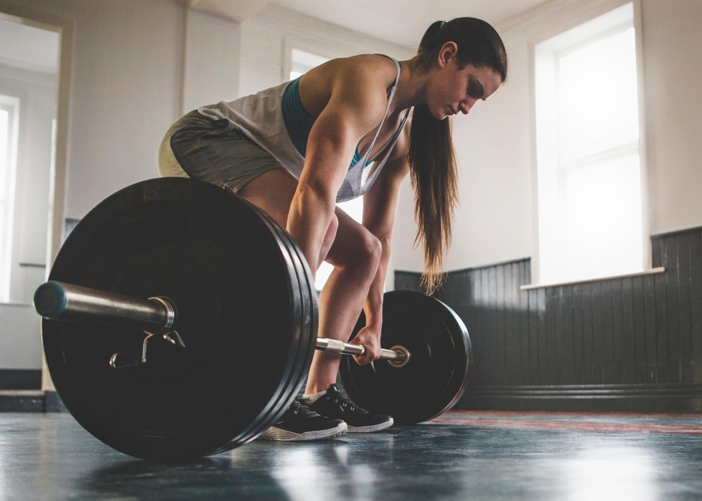 jovem atleta a pegar em pesos