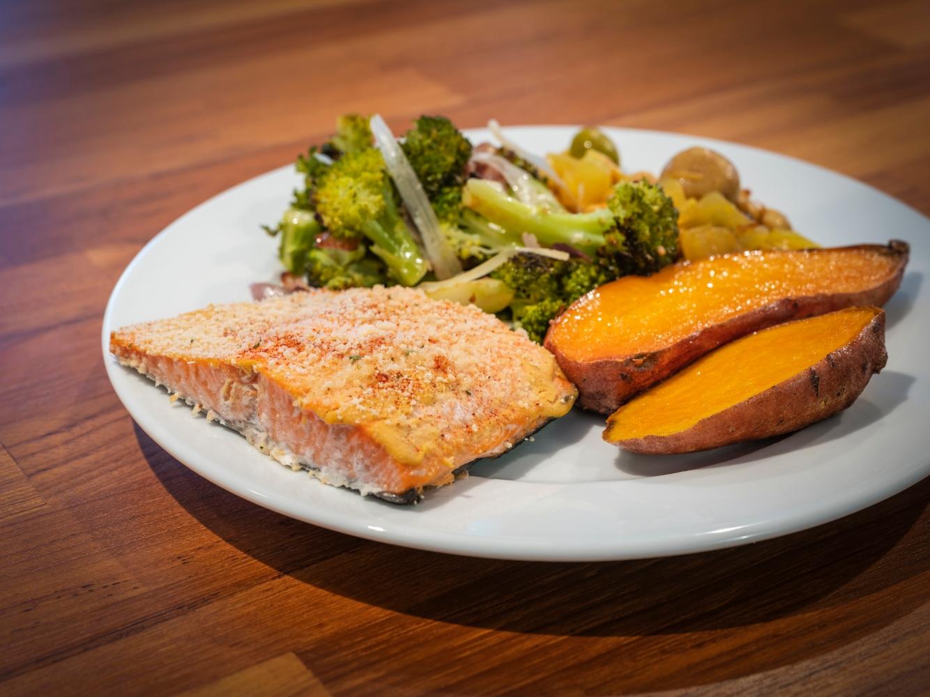 salmão com batata-doce e brócolos