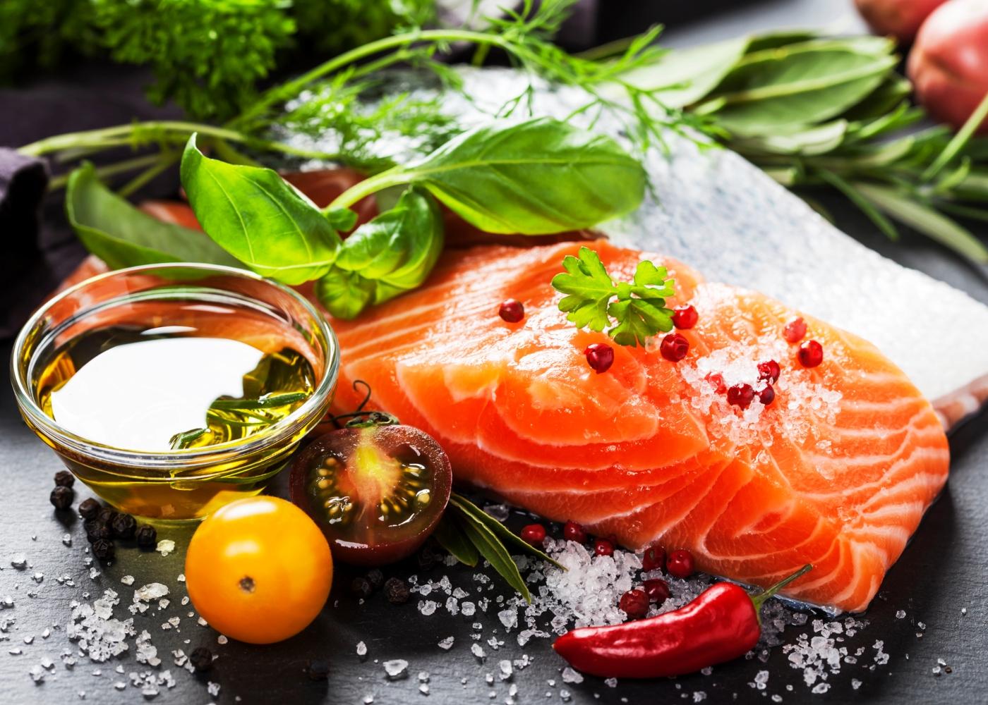 Posta de salmão temperada em cima de mesa da cozinha
