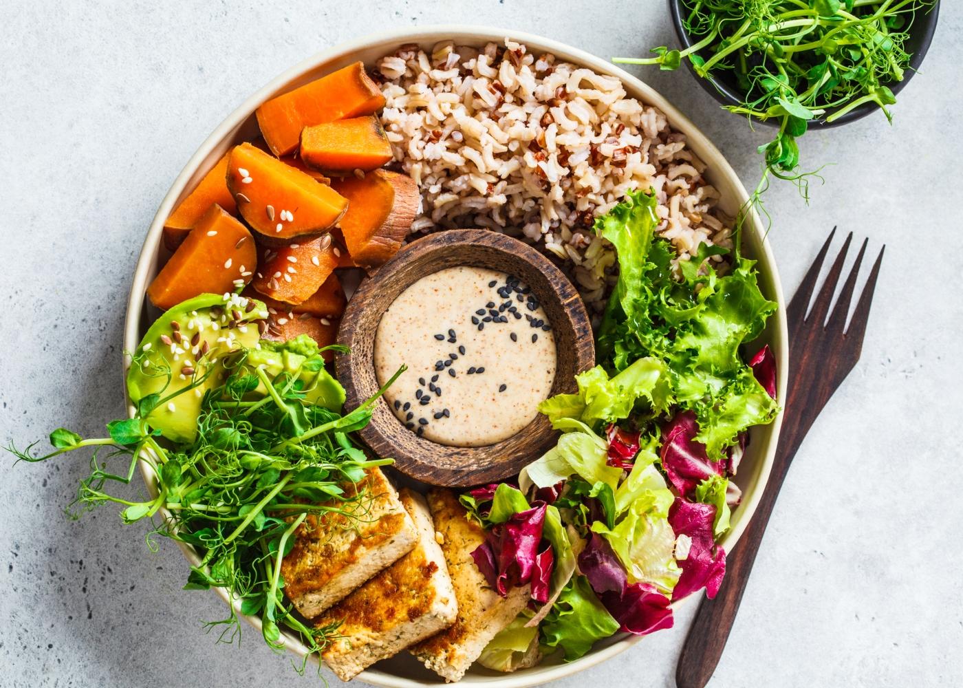 Prato com alimentos vegetarianos