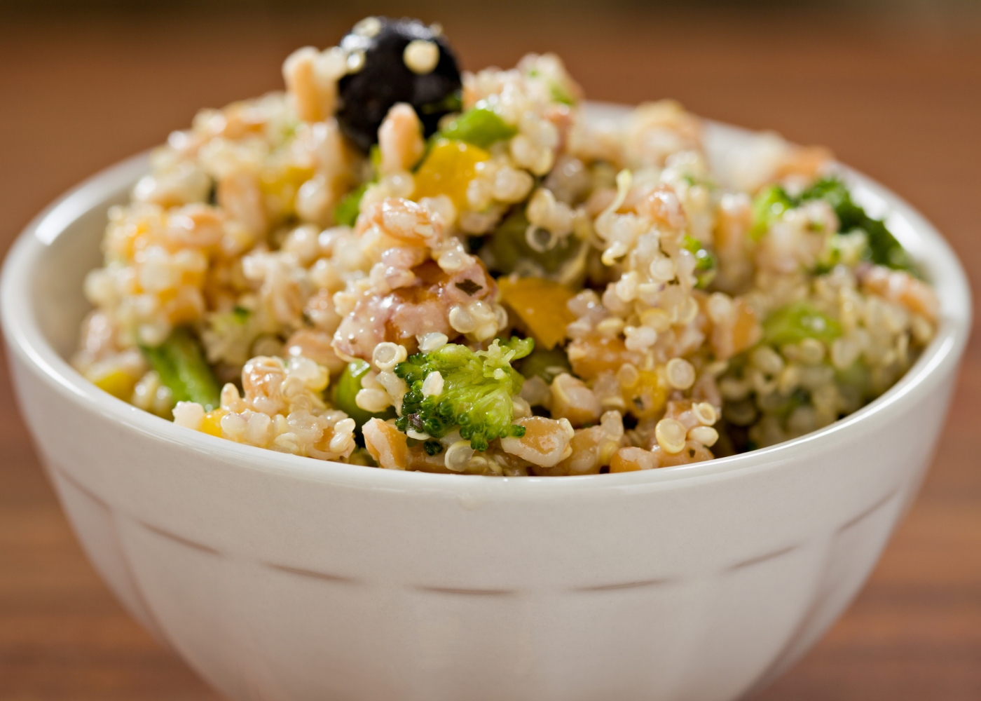 tigela branca com quinoa, courgette e brócolos salteados