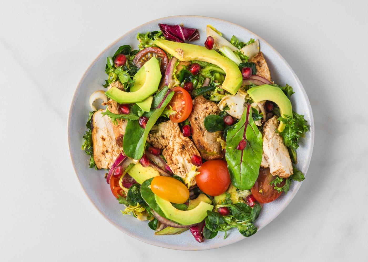 salada com frango, abacate e tomate