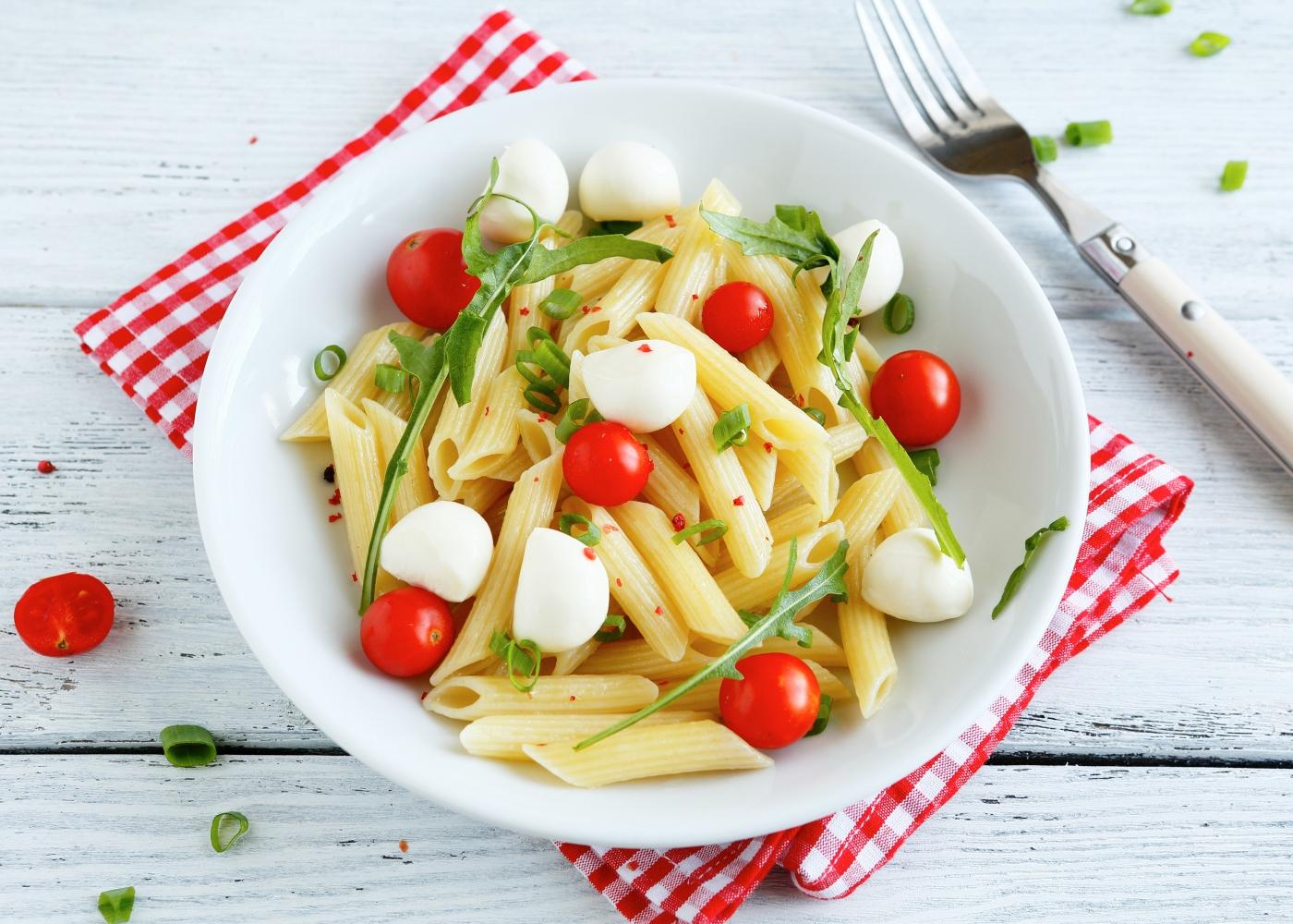 salada de massa com tomate e queijo feta