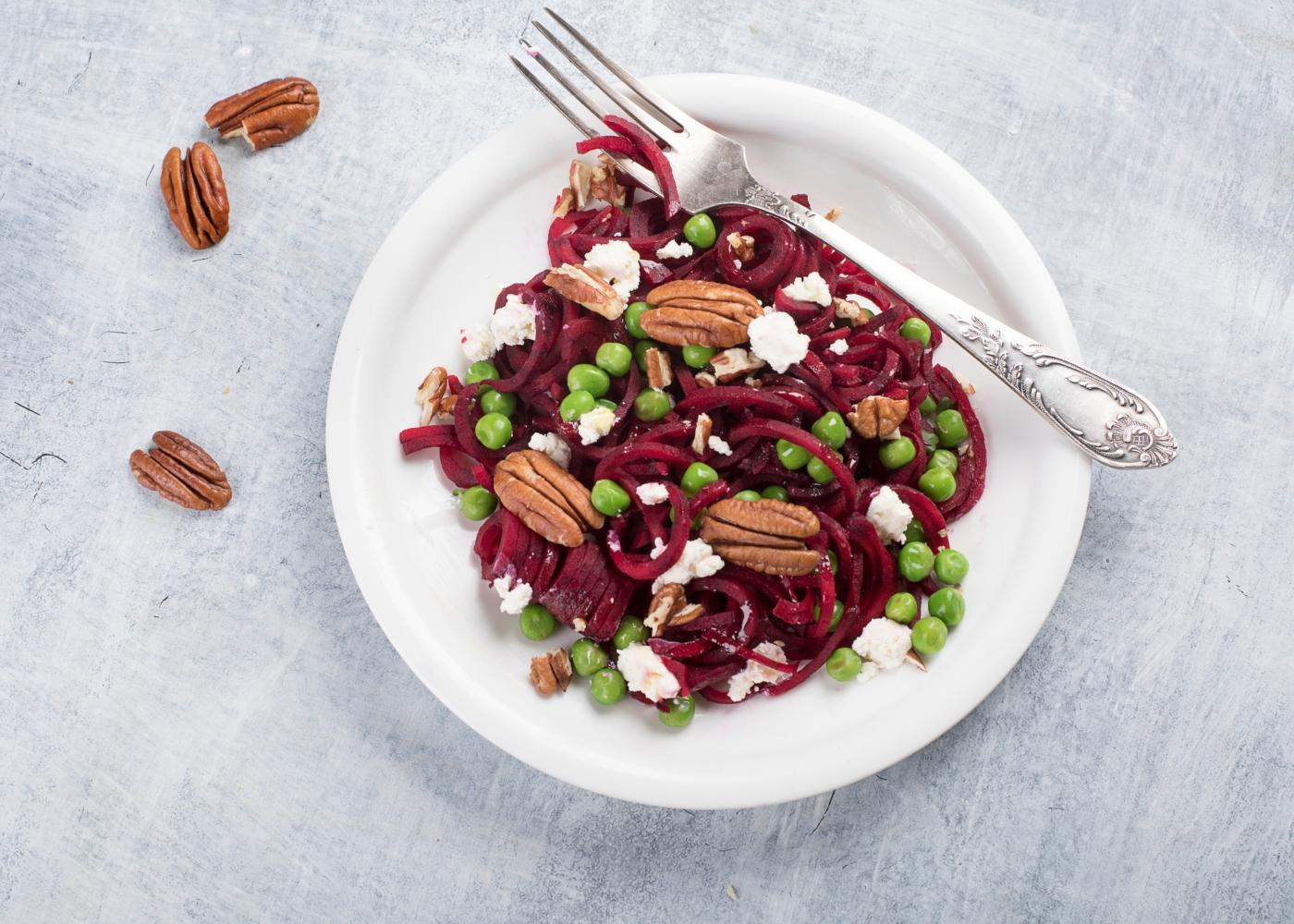 salada com beterraba num prato branco