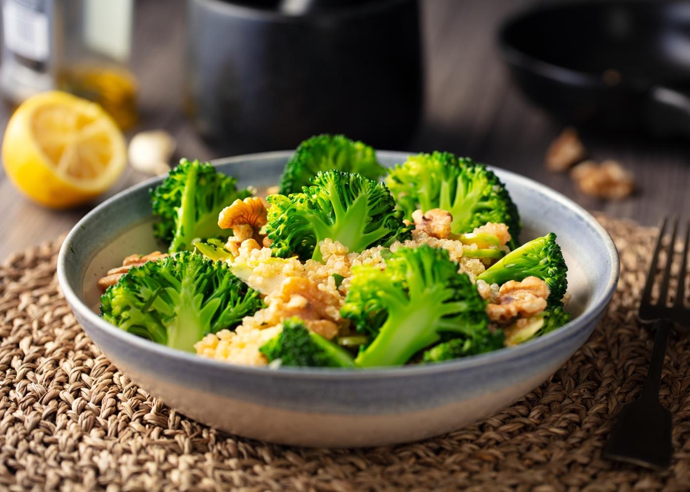 brócolos com frutos secos para almoço e jantar