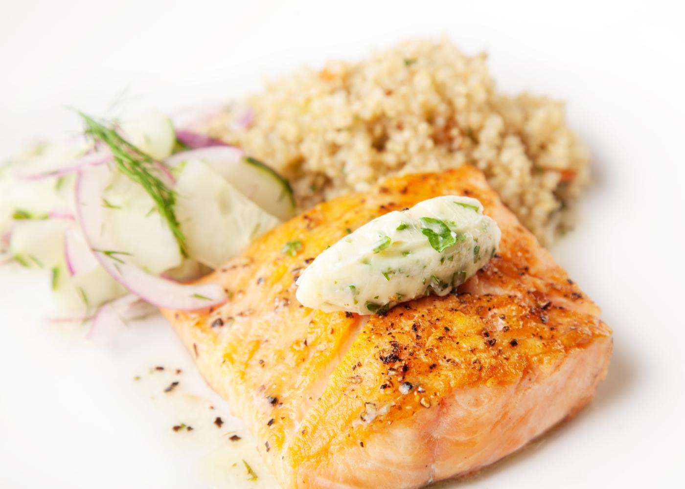 salmão selvagem com quinoa