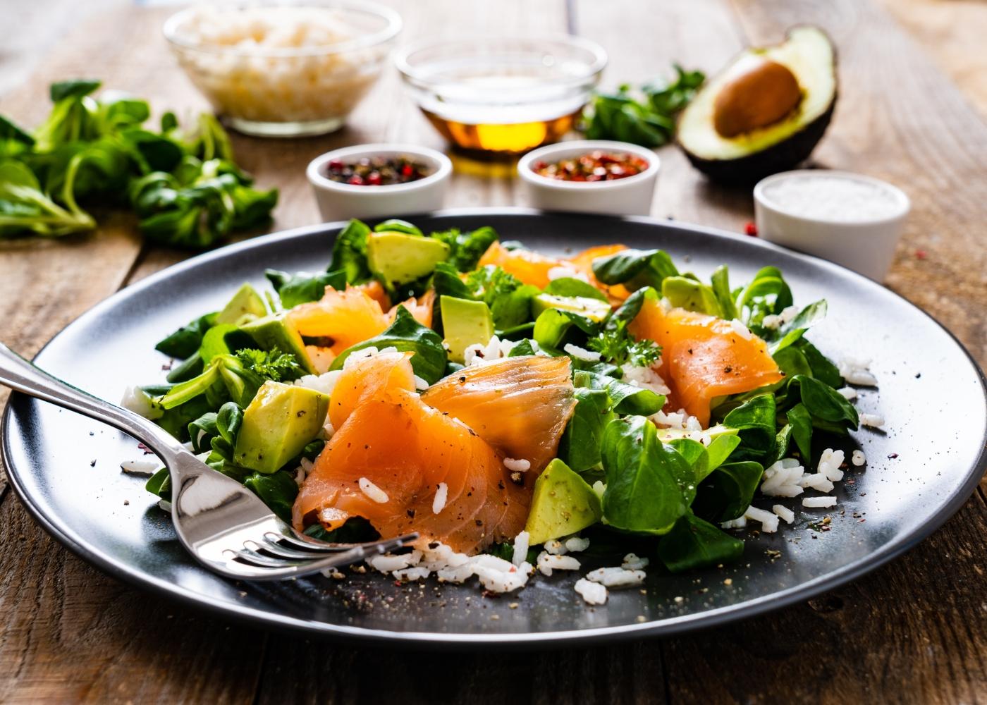 prato escuro com salada de salmão fumado