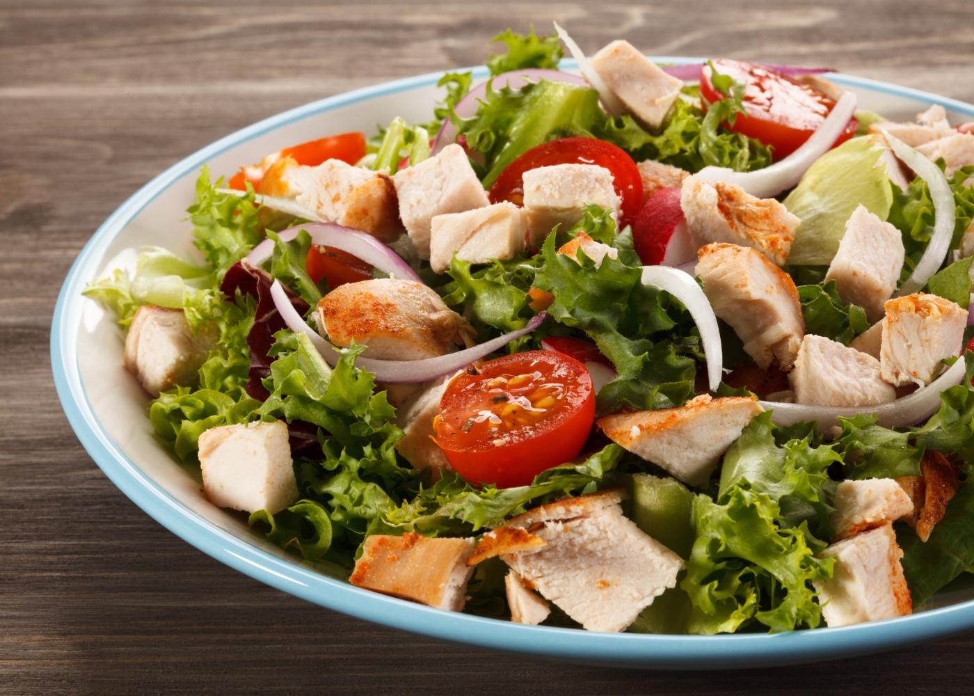 prato com salada de verão agridoce