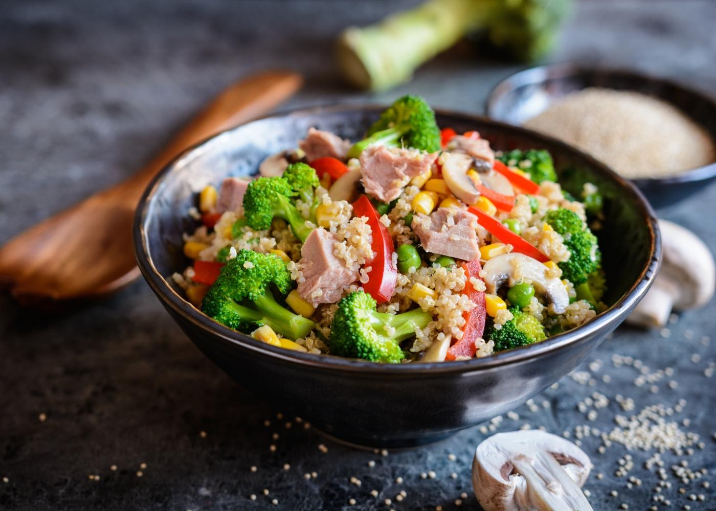 prato escuro com salada de atum e pimentos