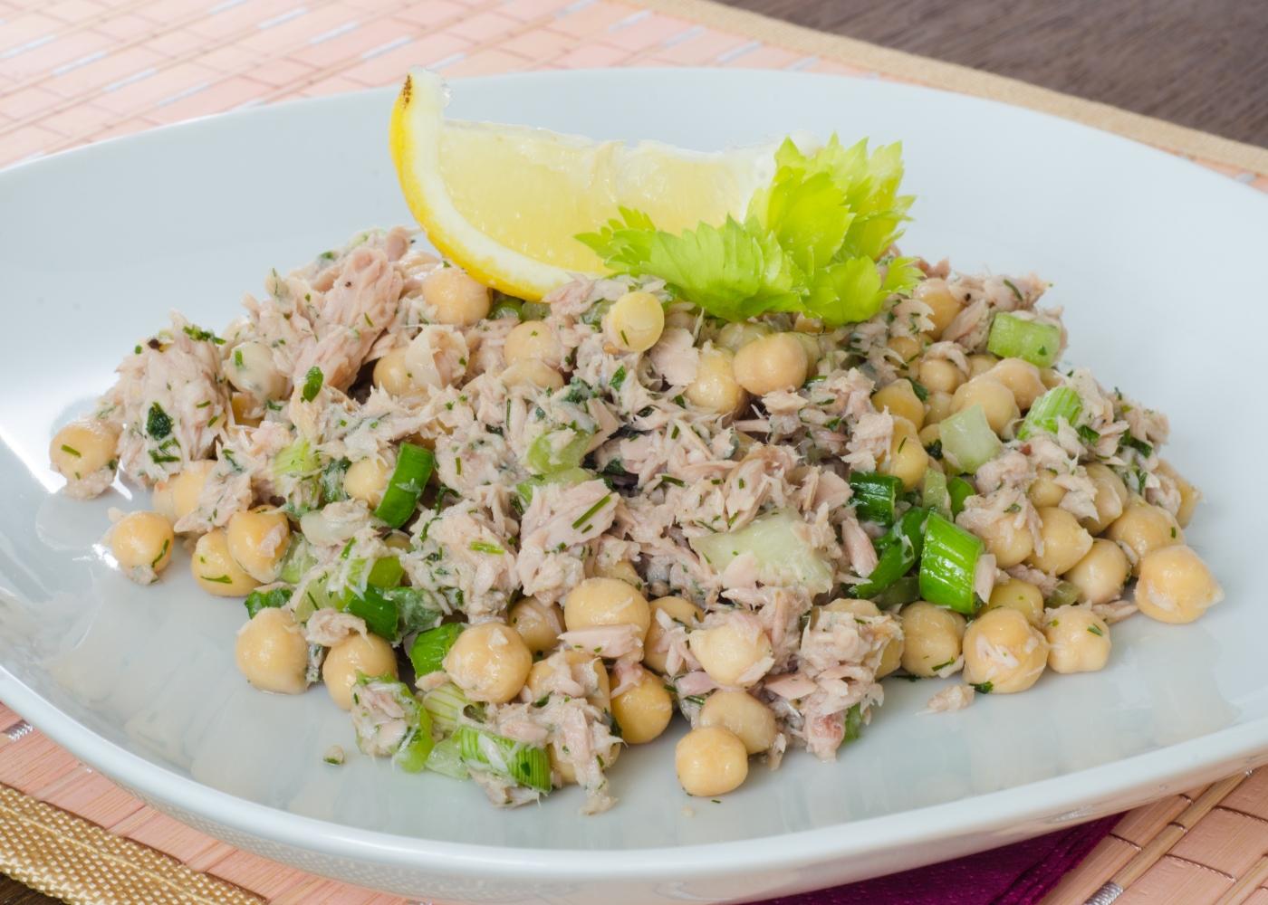 prato com salada de grão e atum