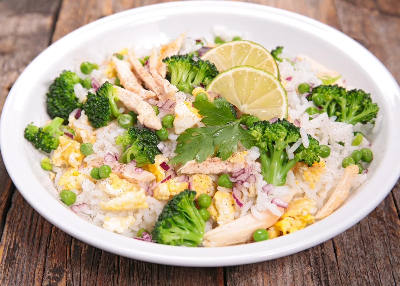 prato com salada de arroz e frango